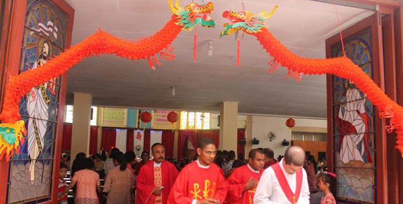 Ornamen Imlek Warnai Misa di Gereja Katedral Kupang