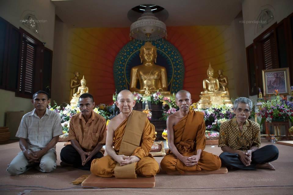 Bikkhu Donatus bersama keluarga berpose bersama YM Pannyavaro. (doc. segenggamdaun.com)