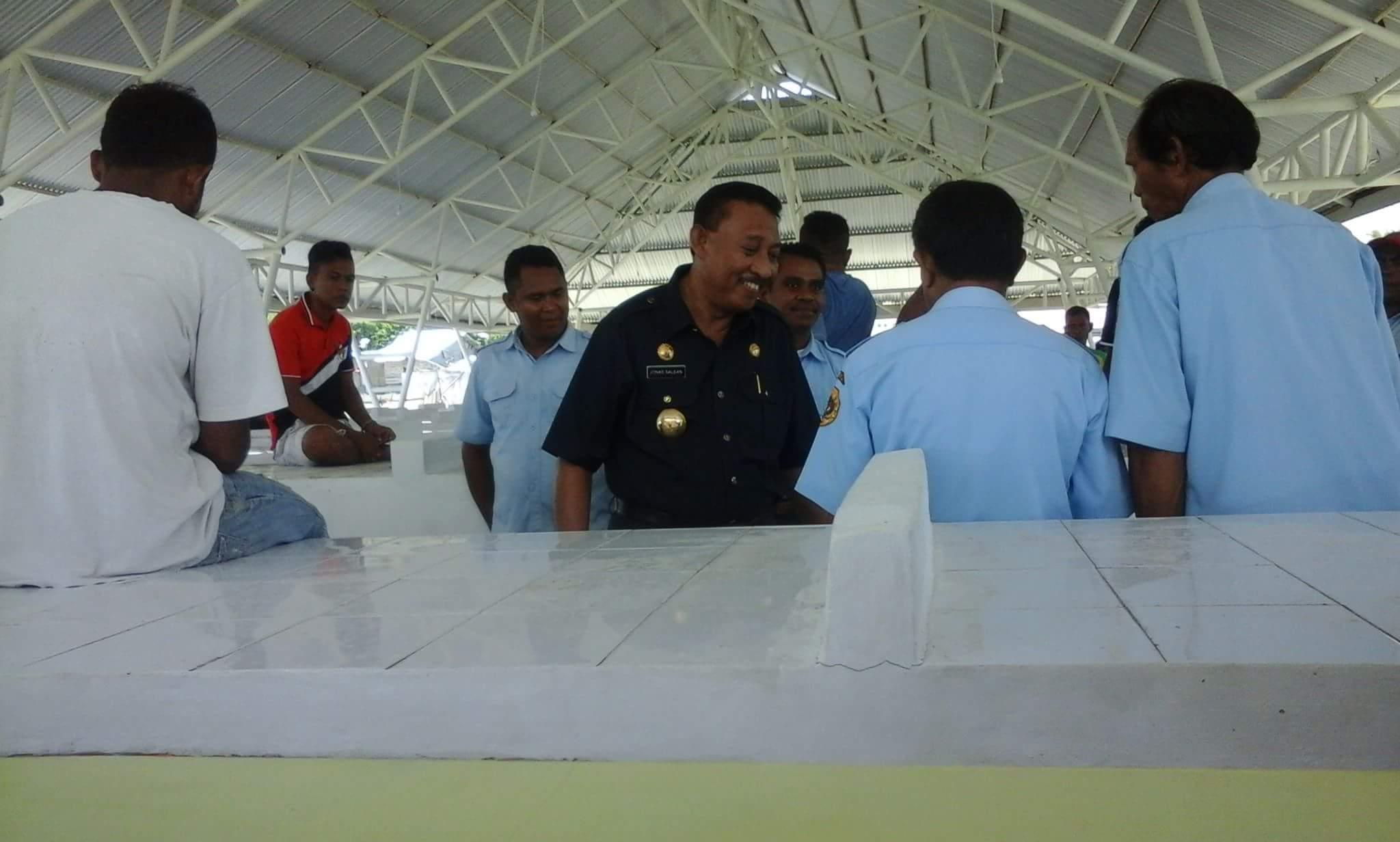 Wali Kota Kupang Jonas Salean saat meninjau bangunan pasar Oeba yang baru diresmikan. (Arman/BN)