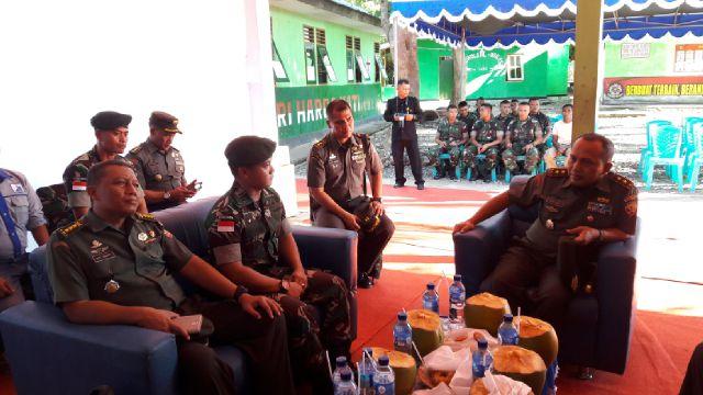 Pangdam IX / Udayana bersama rombongan saat kunker ke Pos wini. (Lius Salu/BN)