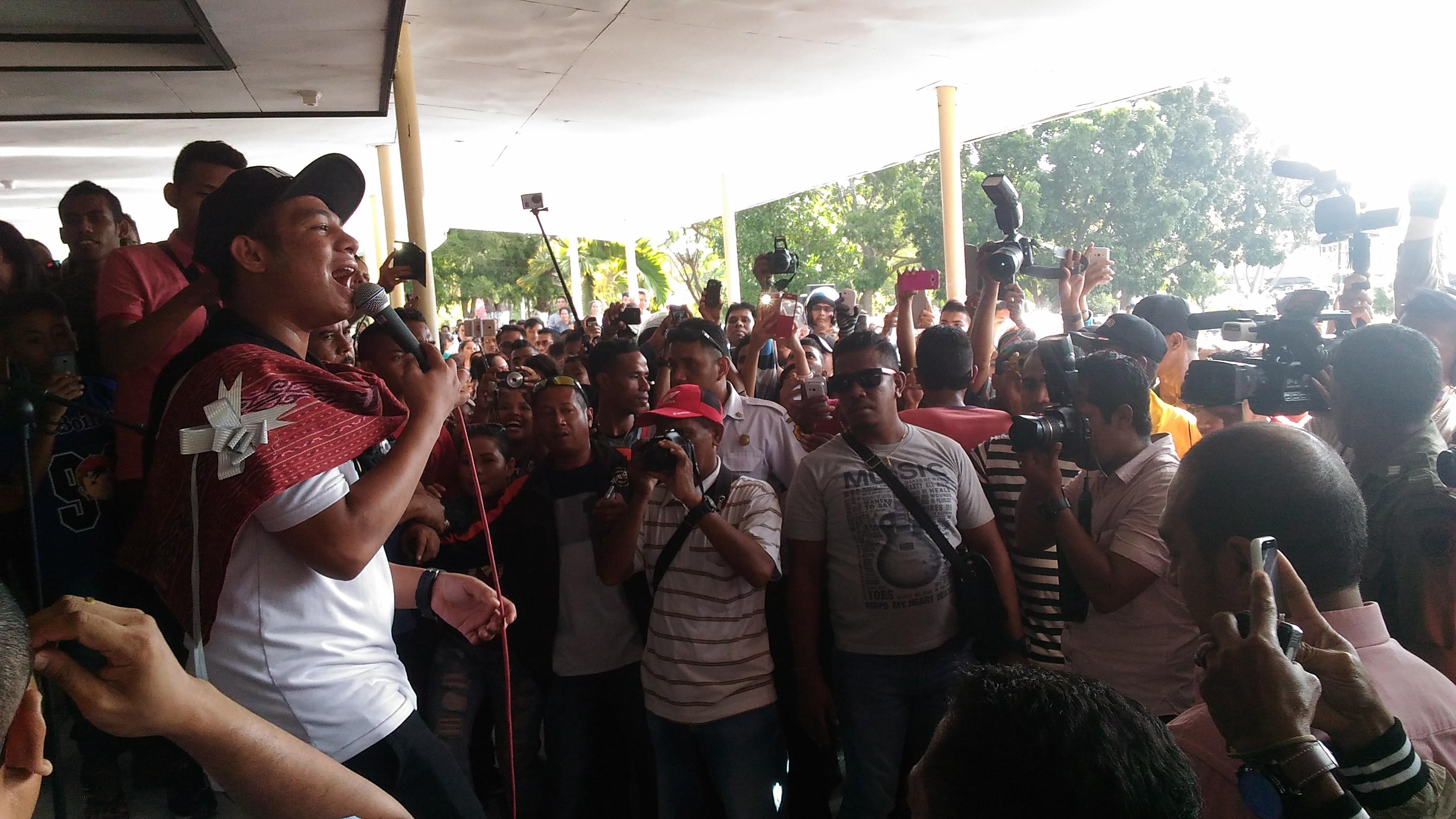 Mario Klau saat bernyanyi di Alun-alun kantor Wali Kota Kupang, di hadapan ribuan warga. (Ist)