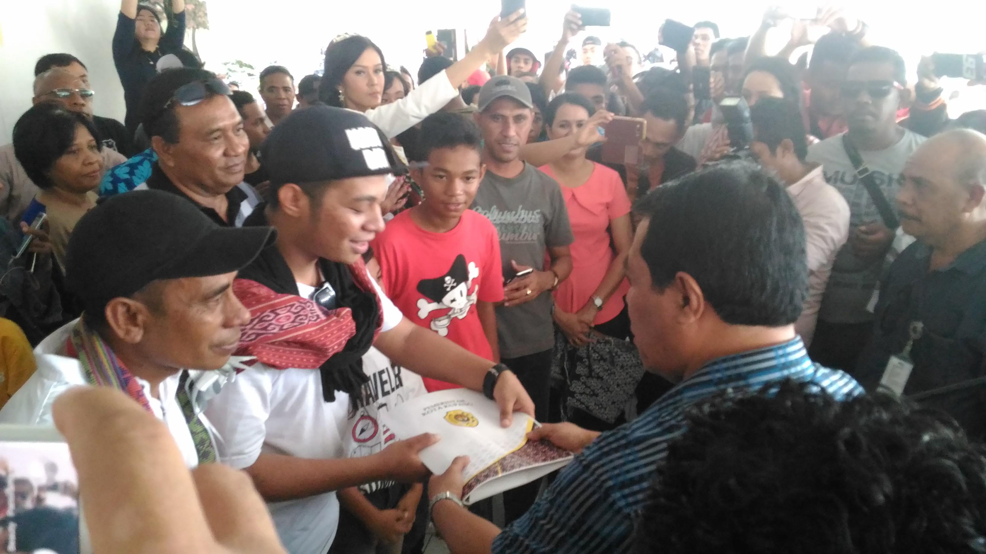 Sekda kota Kupang saat memberikan bingkisan untuk Mario Klau. (Ist)