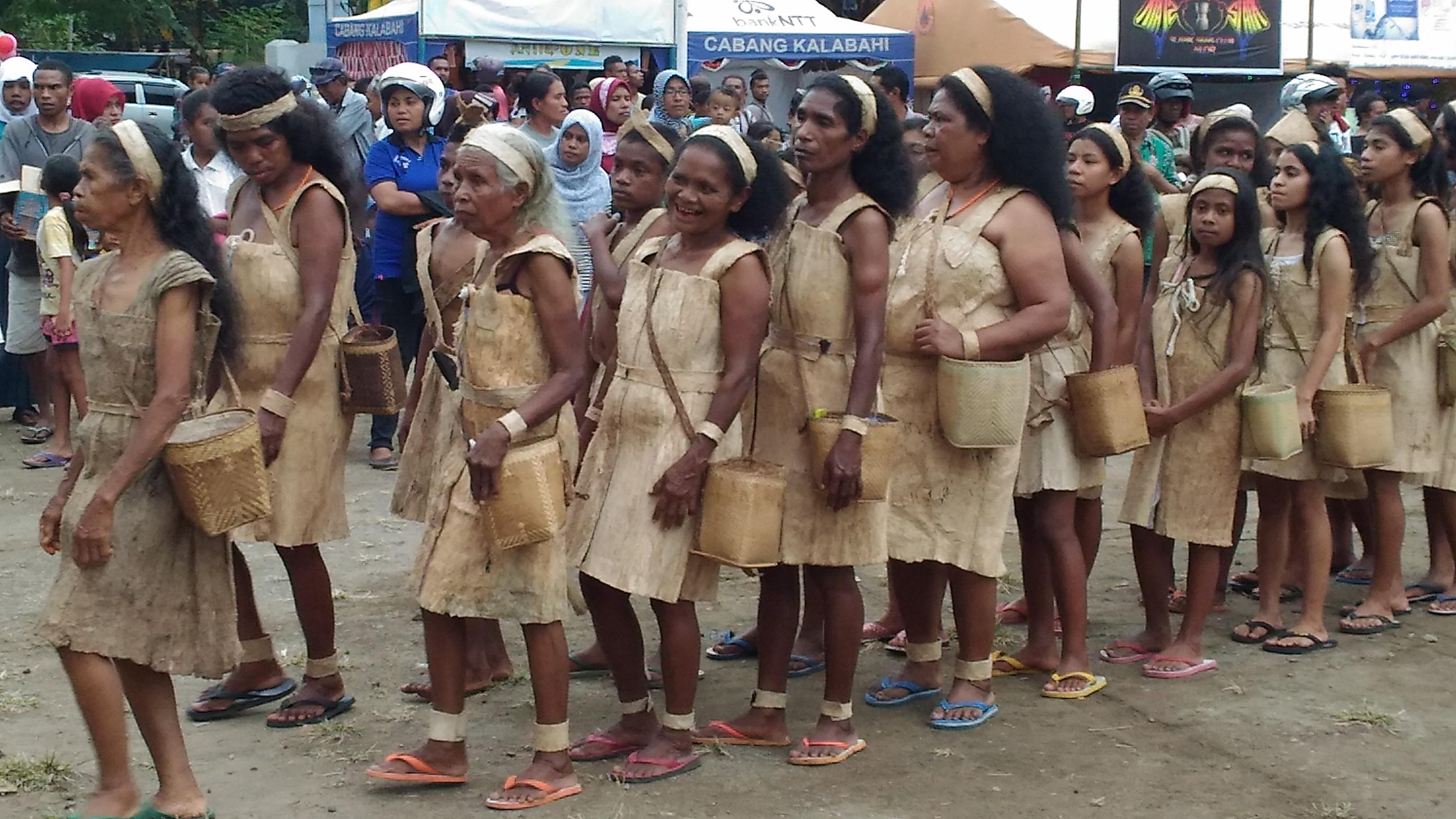 Para kaum ibu menampilkan pakaian dari kulit kayu pada Expo X tahun 2016. (Ist)