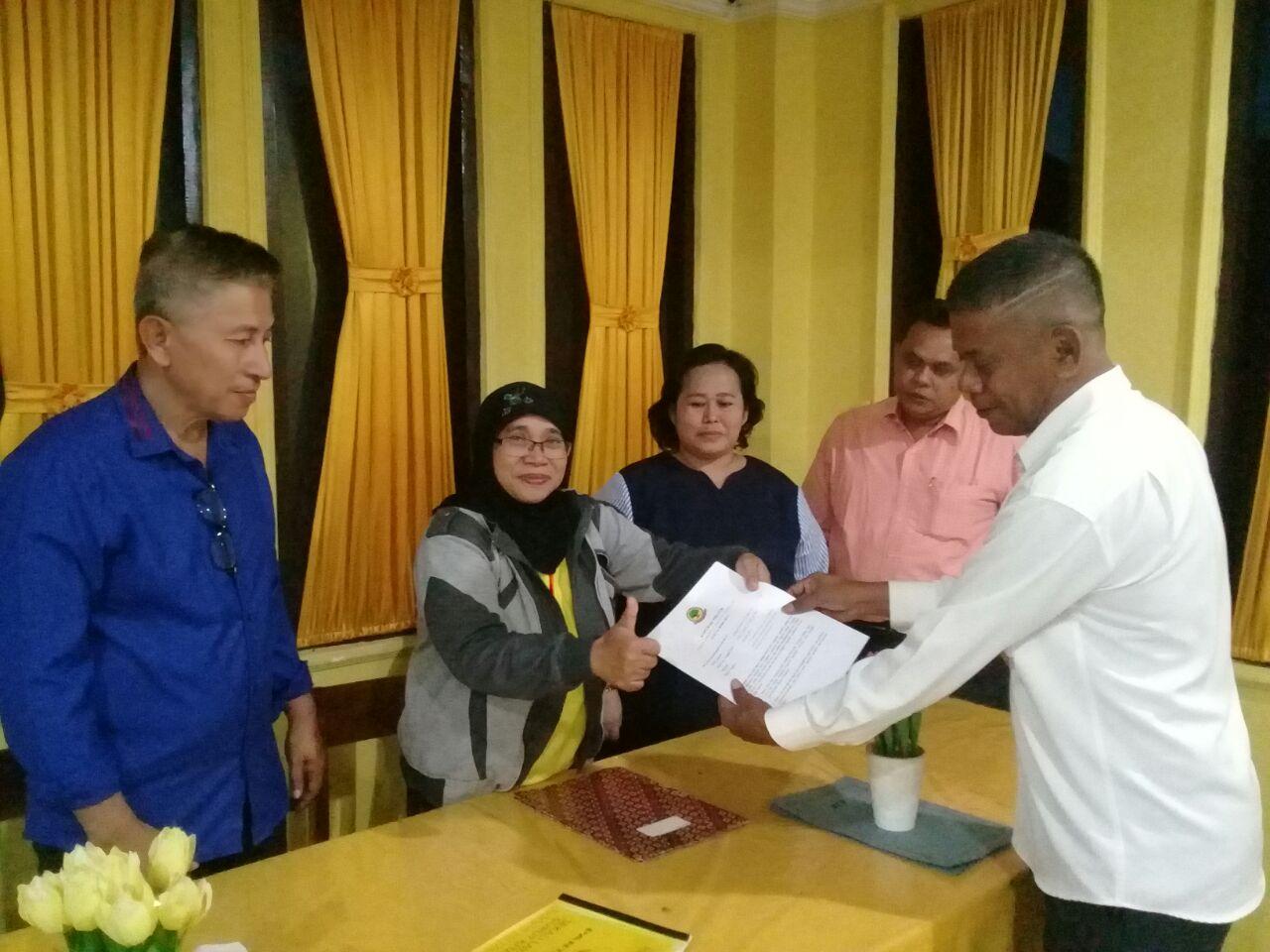 Adrianus Ndu Ufi saat menyerahkan berkas pendaftaran bacaleg. (Ist)