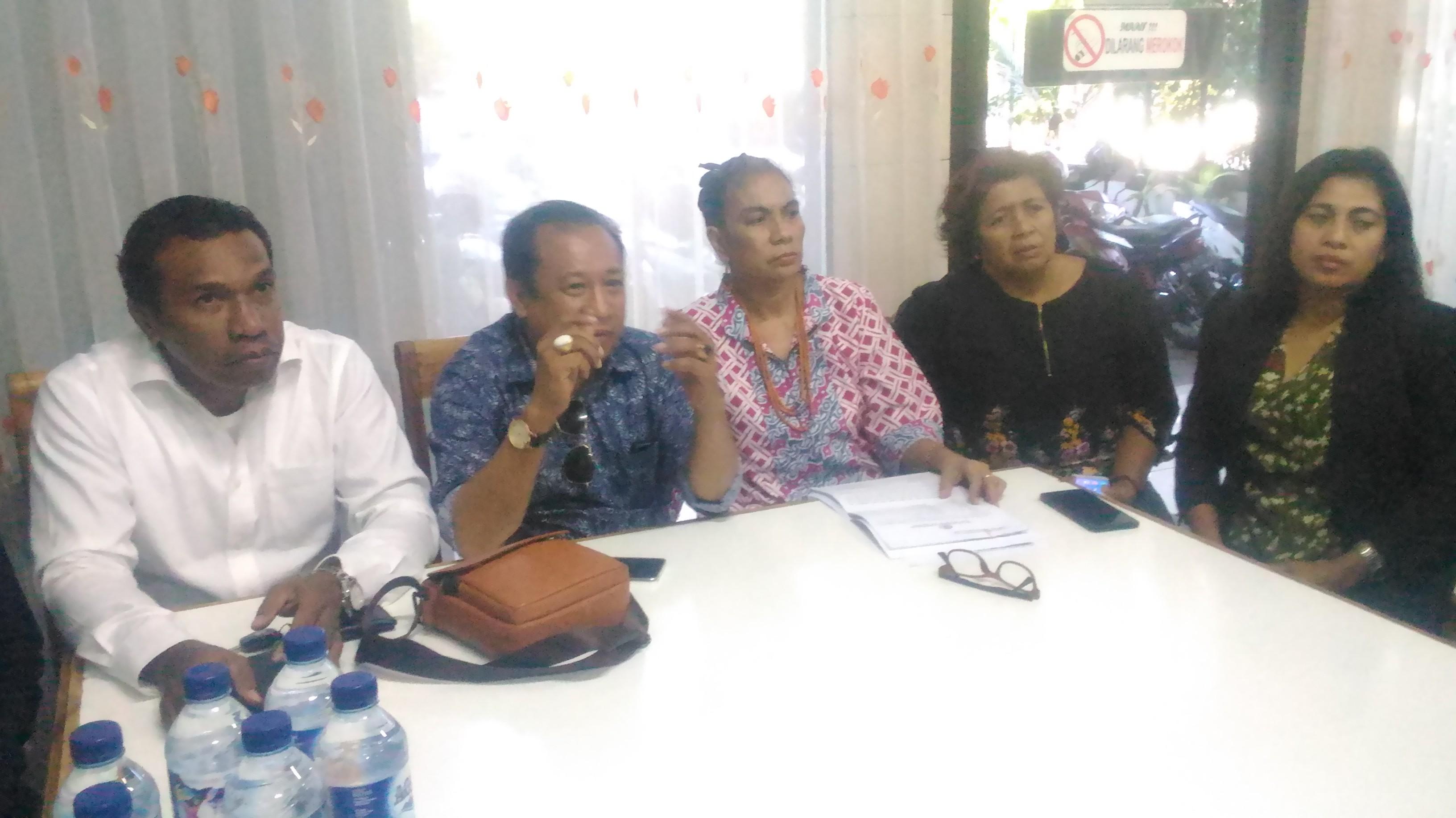 Kudji Herewila Cs Lapor Pengacara Alex Frans ke Polda NTT