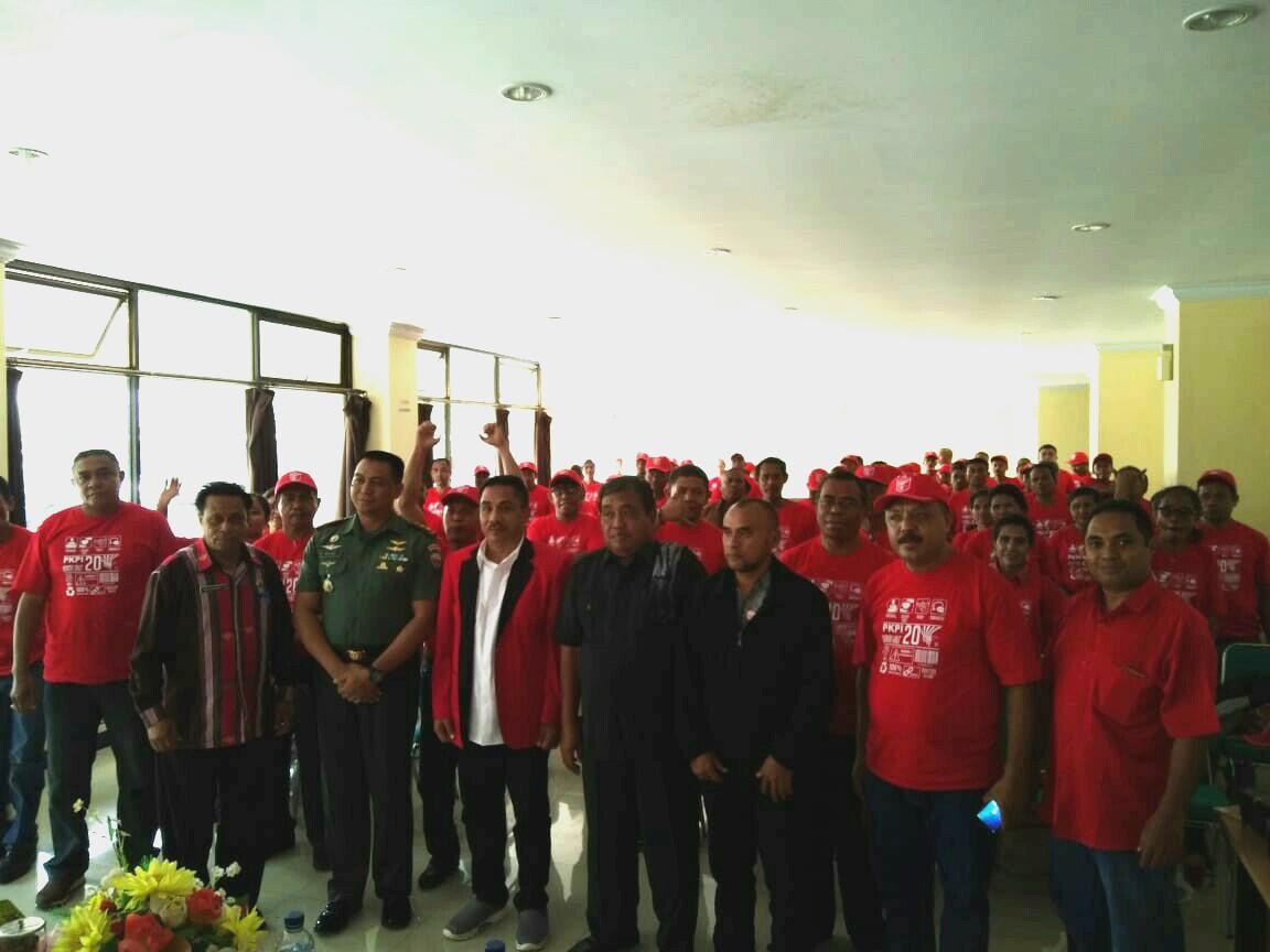 Para Kader dan Caleg PKPI TTS berpose bersama Ketua DPP PKPI NTT, serta para narasumber dalam bimtek daerah di hotel Gajah Mada, Kota Soe. (Ist)