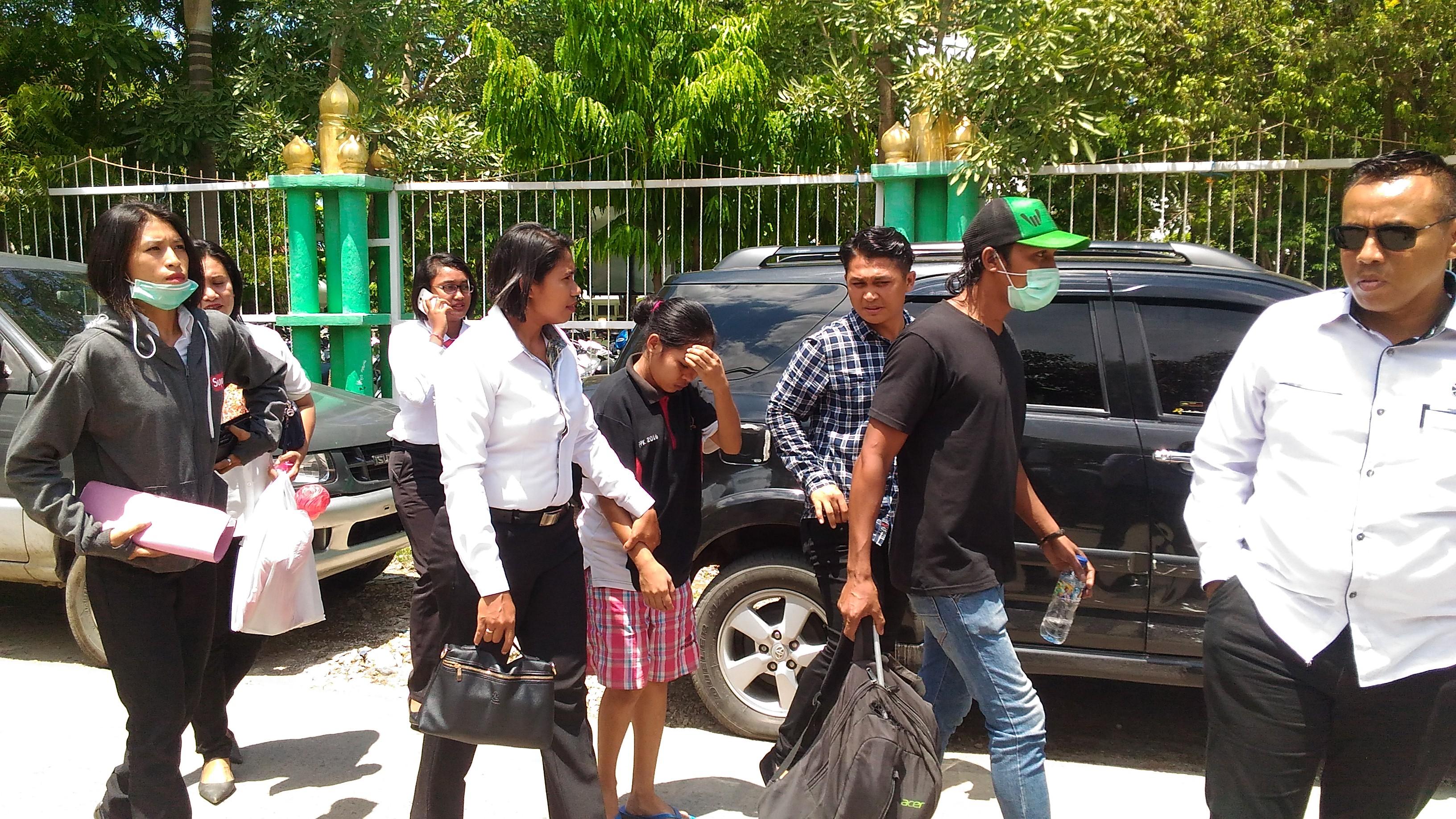 Tersangka NI dikawal aparat dari Polres Kupang Kota saat digelar rekonstruksi. (Foto: Andyos/BN)
