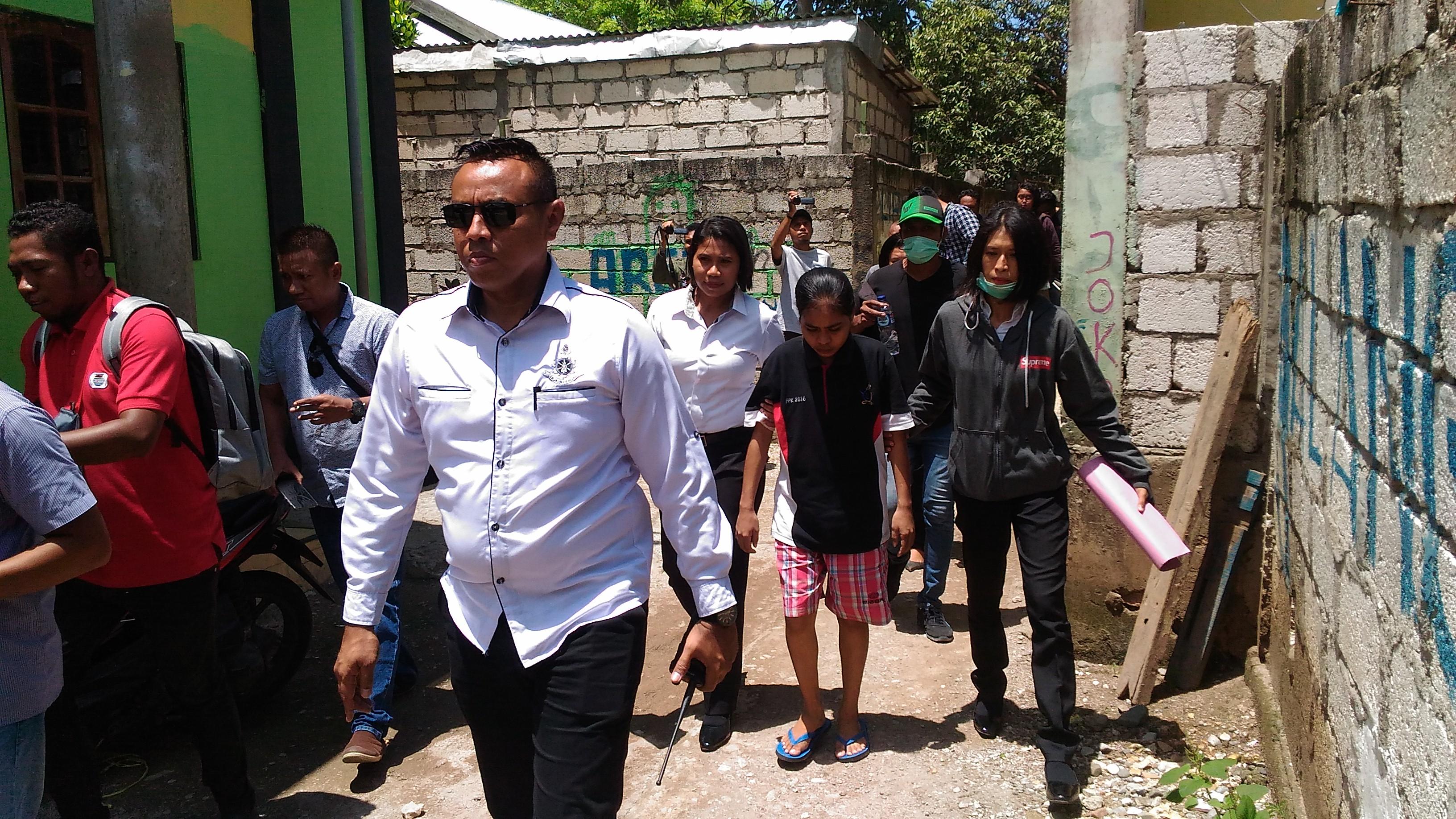 Tersangka NI (baju hitam) saat digiring aparat Polres Kupang Kota untuk menjalani rekonstruksi di kos miliknya. (Foto: Andyos/BN)