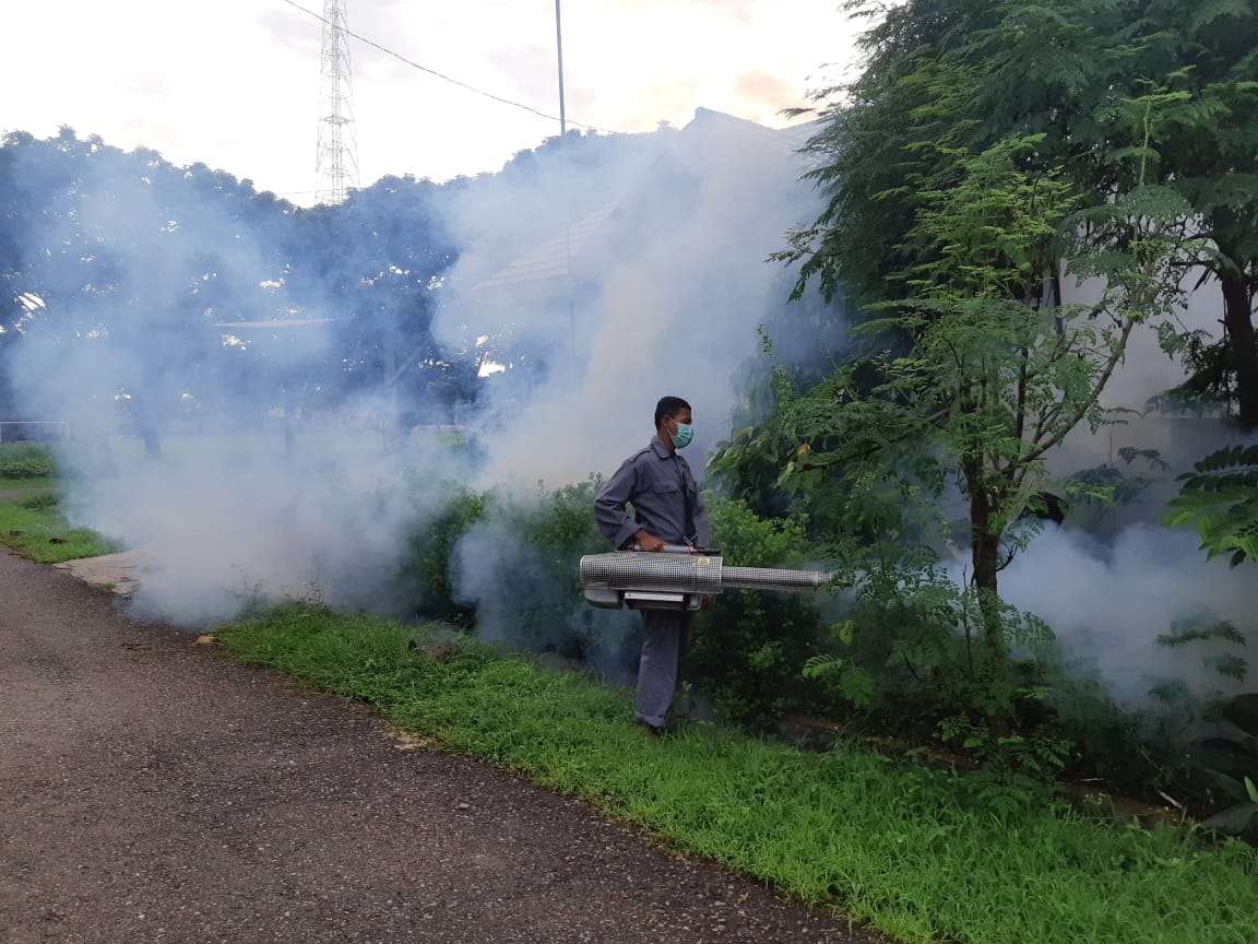 Kegiatan pengasapan di lingkungan Lantamal VII Kupang. (Foto: Dispen Lantamal VII Kupang)