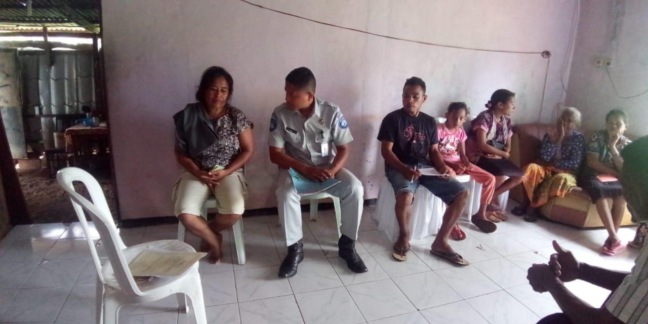 penanggung jawab pelayanan, Laurensius A. Suyanto, SH saat mengunjungi keluarga almarhum Dewi Susanti Nenotek. (Ist)