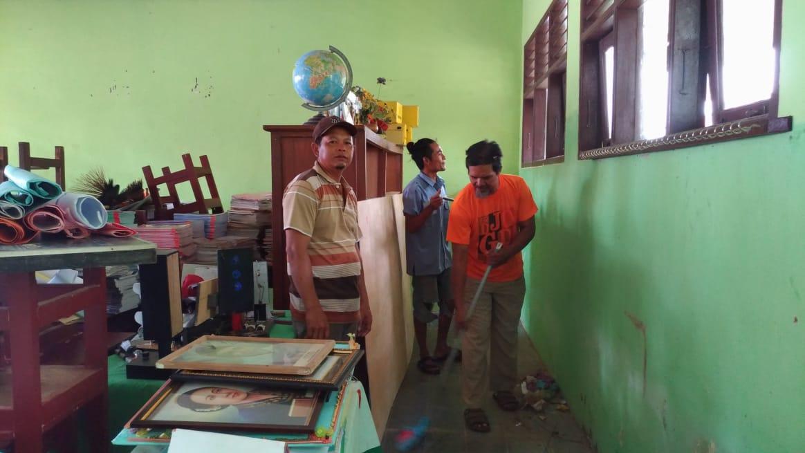 Komite Sekolah atau orang tua siswa gotong-royong membersihkan sekaligus memperbaiki kelas. (Ist)