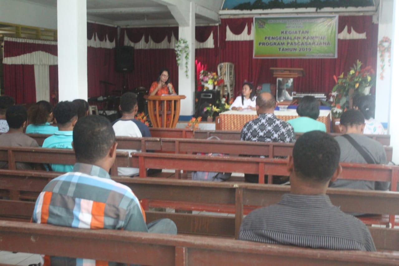 Direktur Pascasarjana STAKPN Sentani, DR Maryam B. Gainau, M.Pd saat menyampaikan materi. (Ist)