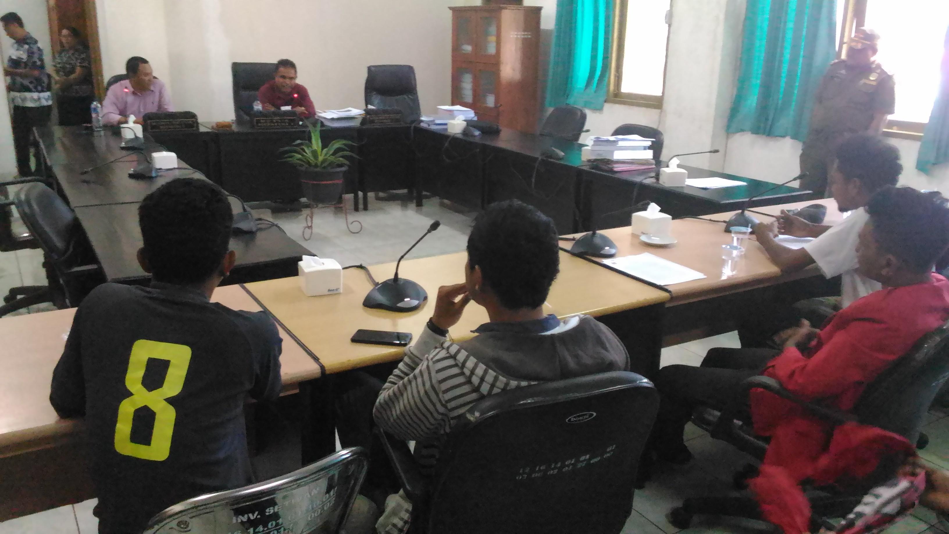 Aktivis GMNI cabang Kupang saat berdialog dengan anggota DPRD Kota Kupang, Jabir Marolah dan Zeyto Rauarat. (Ist)