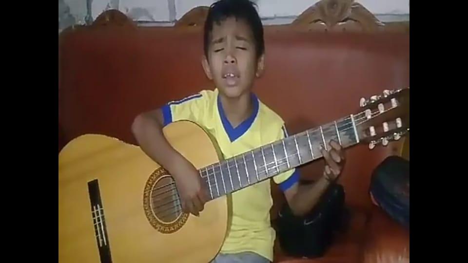 Ian Kaesmetan saat bernyanyi sambil memainkan gitar. (Ist)