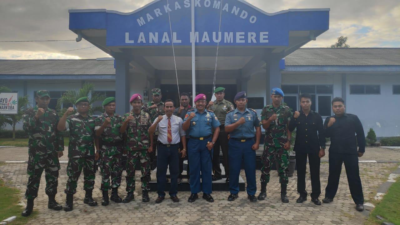 Foto bersama Ketua MOI NTT, Danlanal Maumere dan anggota. (Ist)