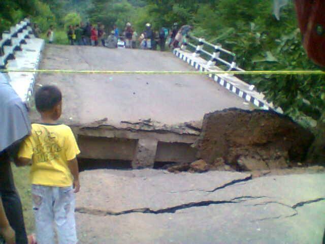 Kondisi jembatan yang ambruk (foto: Elvis/BN)