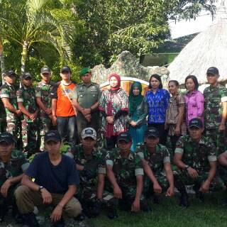 Komandan Kodim 1618 TTU, Letkol Arm Dody Diantoro,bersama Istri dan sejumlah anggotanya saat pose bersama. (Lius Salu/BN)