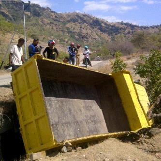 Dump Truck Terguling, Tiga Meninggal dan 18 Luka Parah