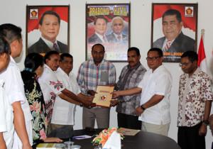 Pasangan Eusibio dan Raimundus Loin saat menerima Surat Keputusan dari Partai Gerindra. (AM)