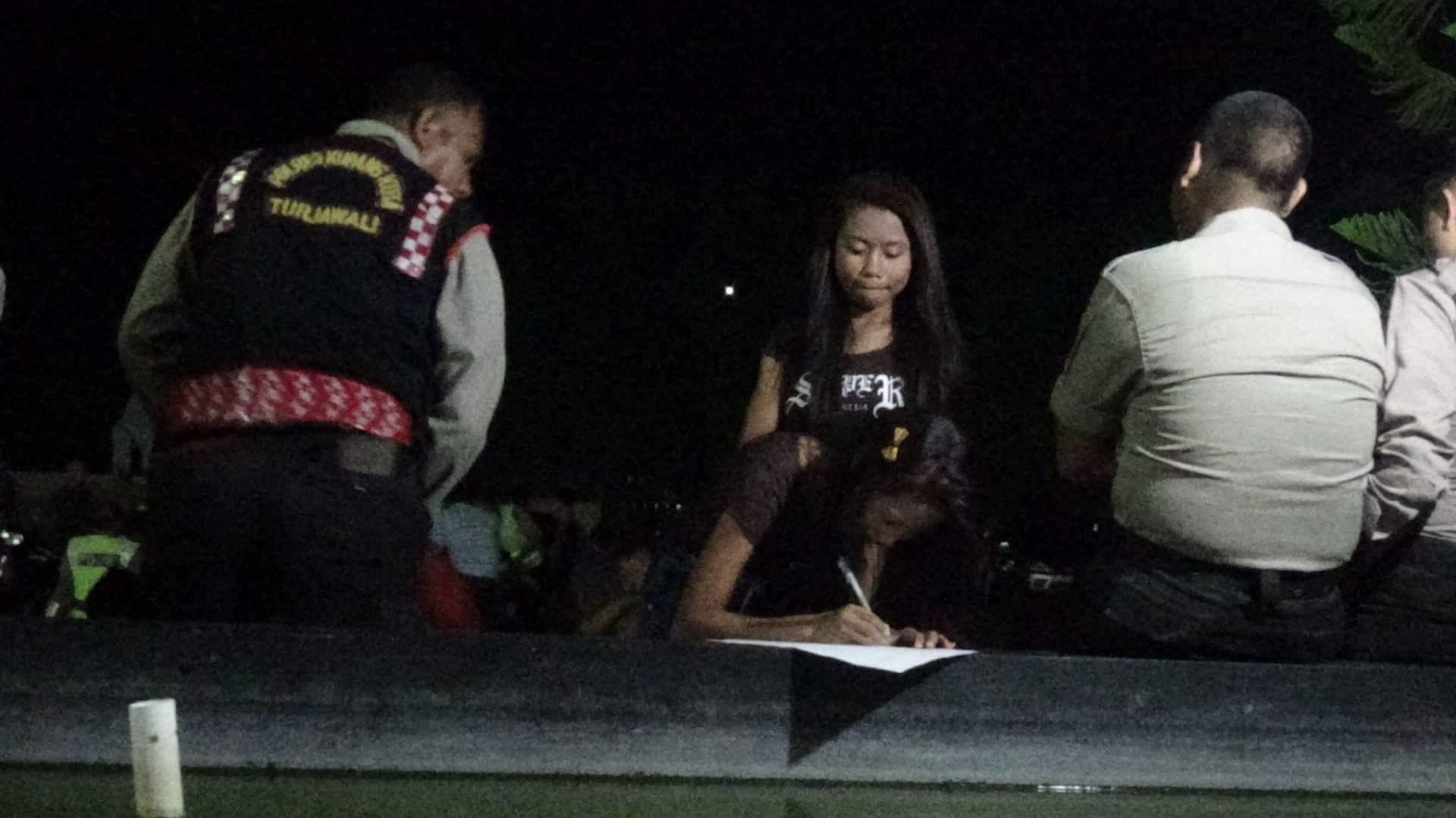 Para remaja yang terjaring razia sedang didata aparat Polisi dari Polres Kupang Kota. (Ist)