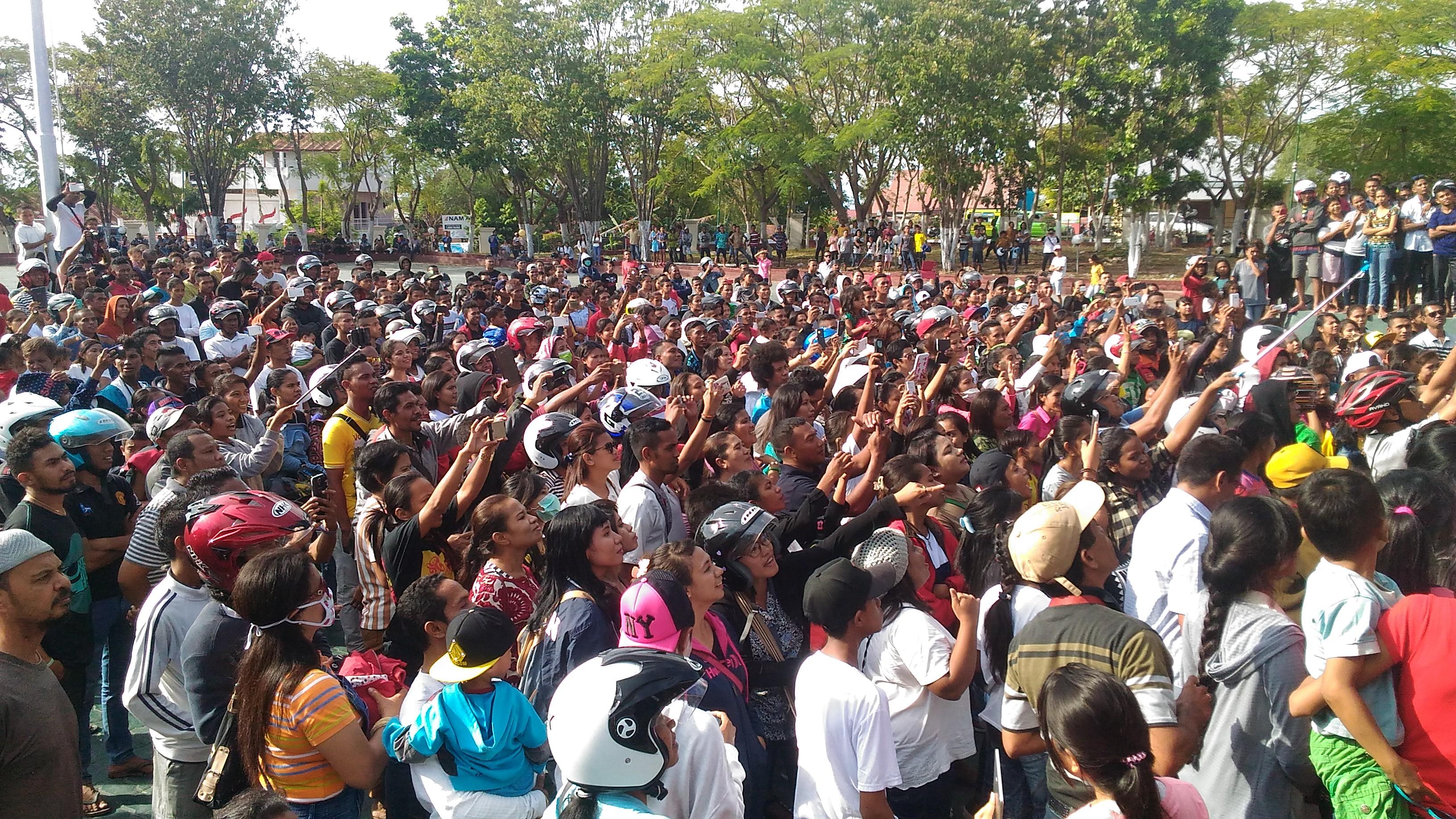 Ribuan warga yang memadati alun-alun kantor Wali Kota Kupang. (Ist)