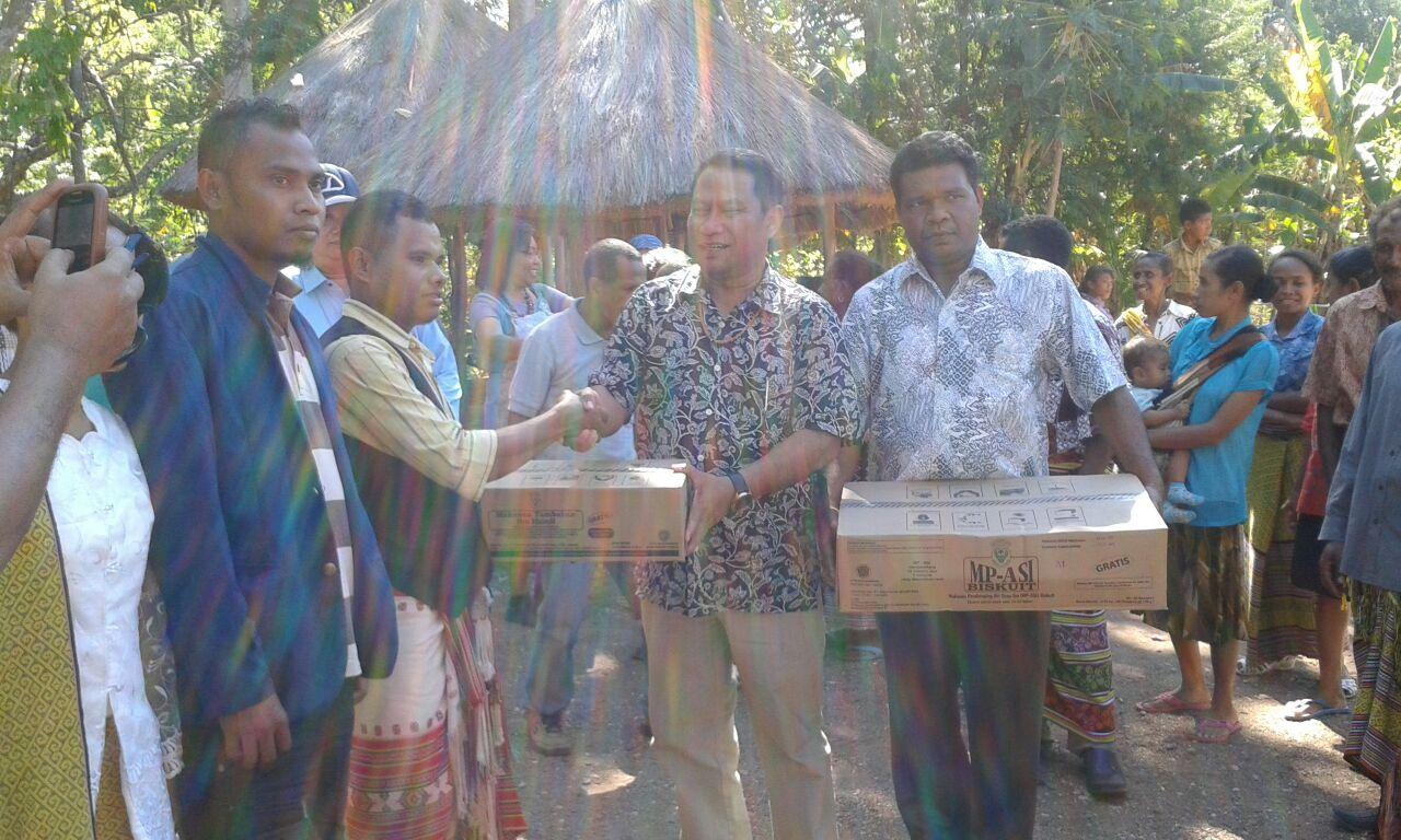 Fary Djemy  Francis memberikan bingkisan kepada ketua Yayasan Titisan Batin Anak Indonesia, Yakob Tusala. (foto: Lius Salu/BN)