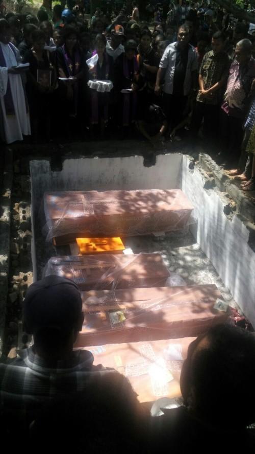 Jenazah Satu Keluarga Dimakamkan Dalam Satu Liang Lahat