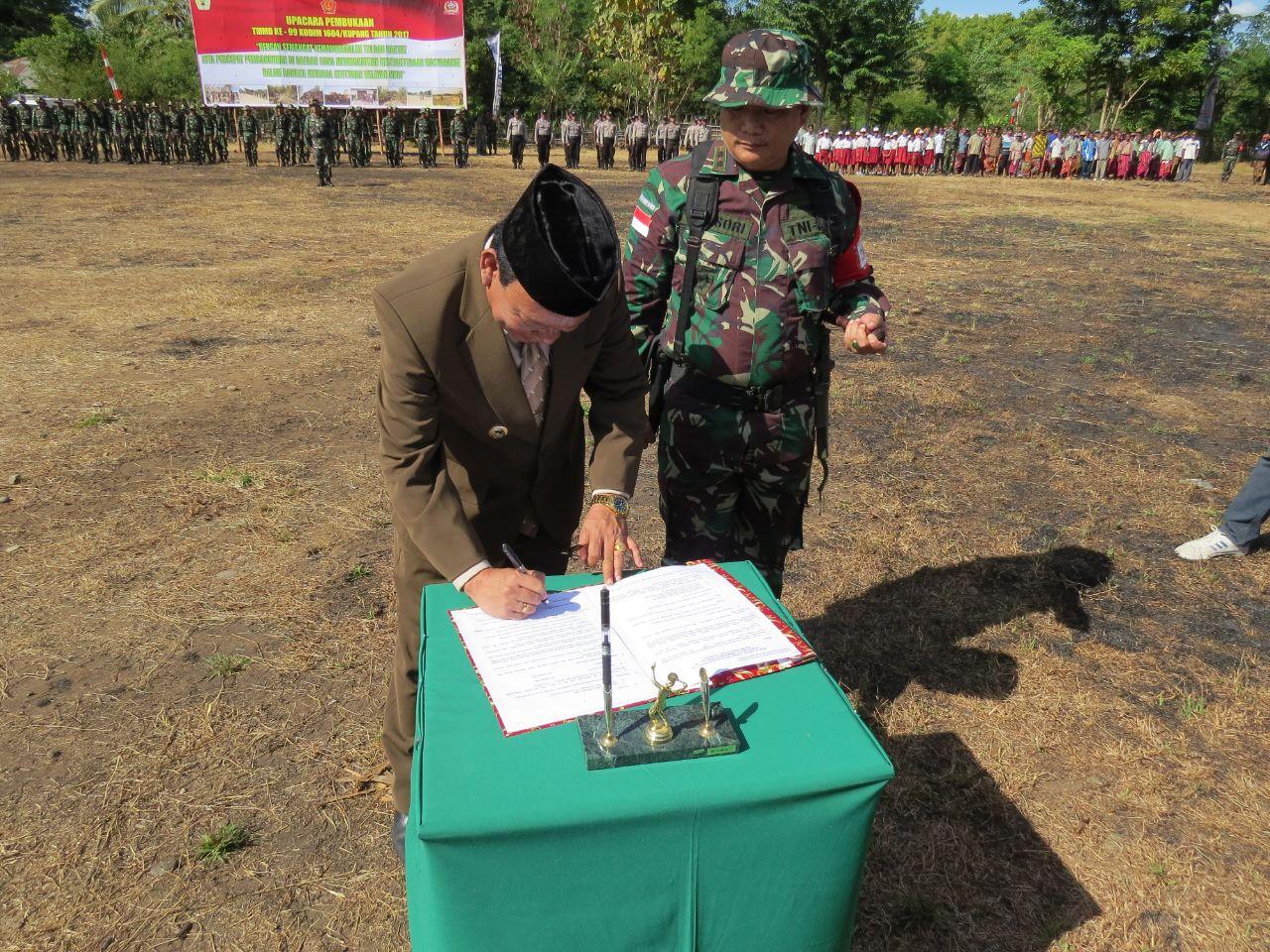 Penandatanganan naskah program TMMD antara pemerintah kabupaten Kupang dan Kodim 1604 Kupang. (Ist)