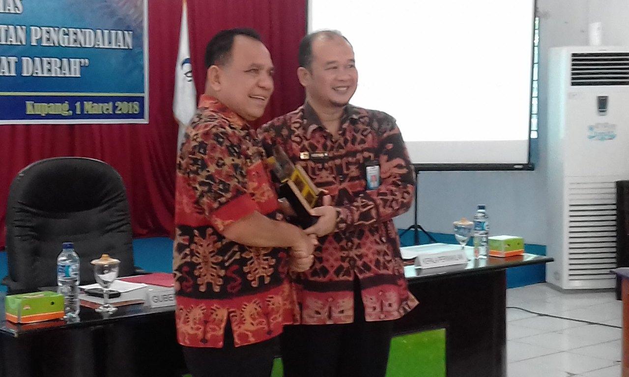 Cendera mata.---  Kepala Perwakilan BPKP NTT, Kisyadi, menyerahkan cendera mata kepada Gubernur NTT, Frans Lebu Raya, dalam acara diskusi terbatas penguatan SPIP, di Aula BPKP NTT, di Kupang. (Ist)