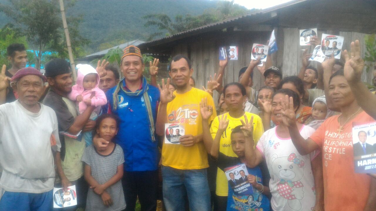 Cagub Benny K Harman bersama warga di Manggarai Barat. (Ist)
