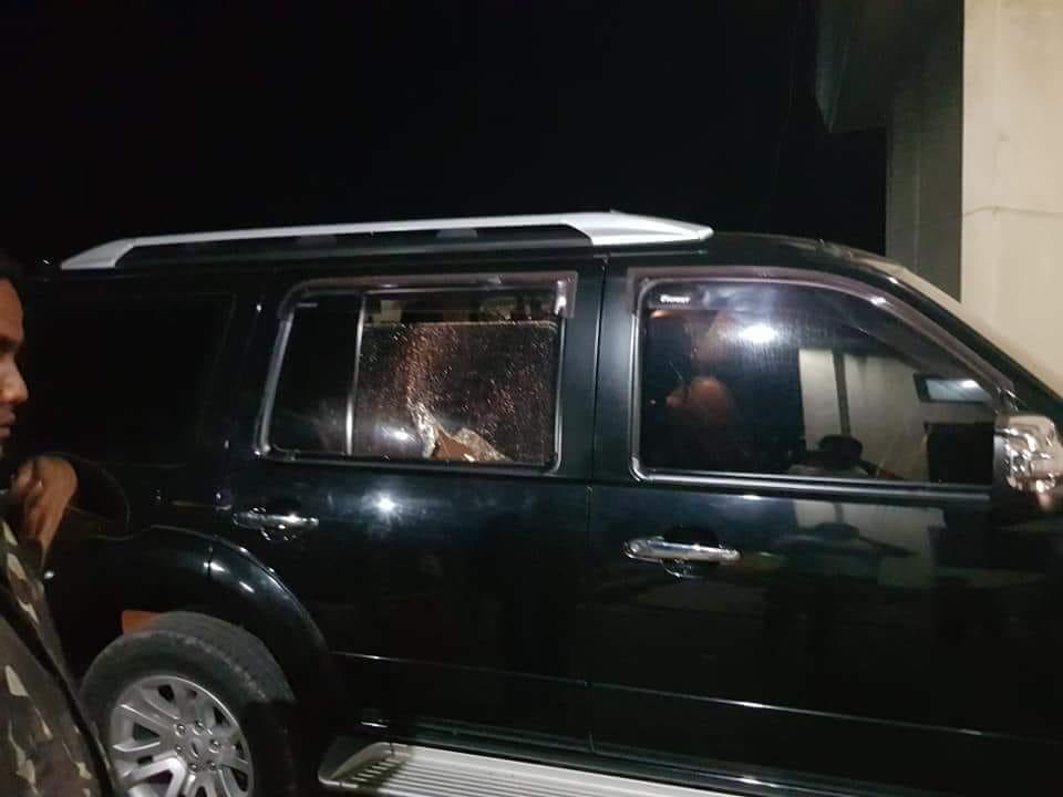 Kondisi kaca samping mobil Bupati Sumba Tengah. (Ist)