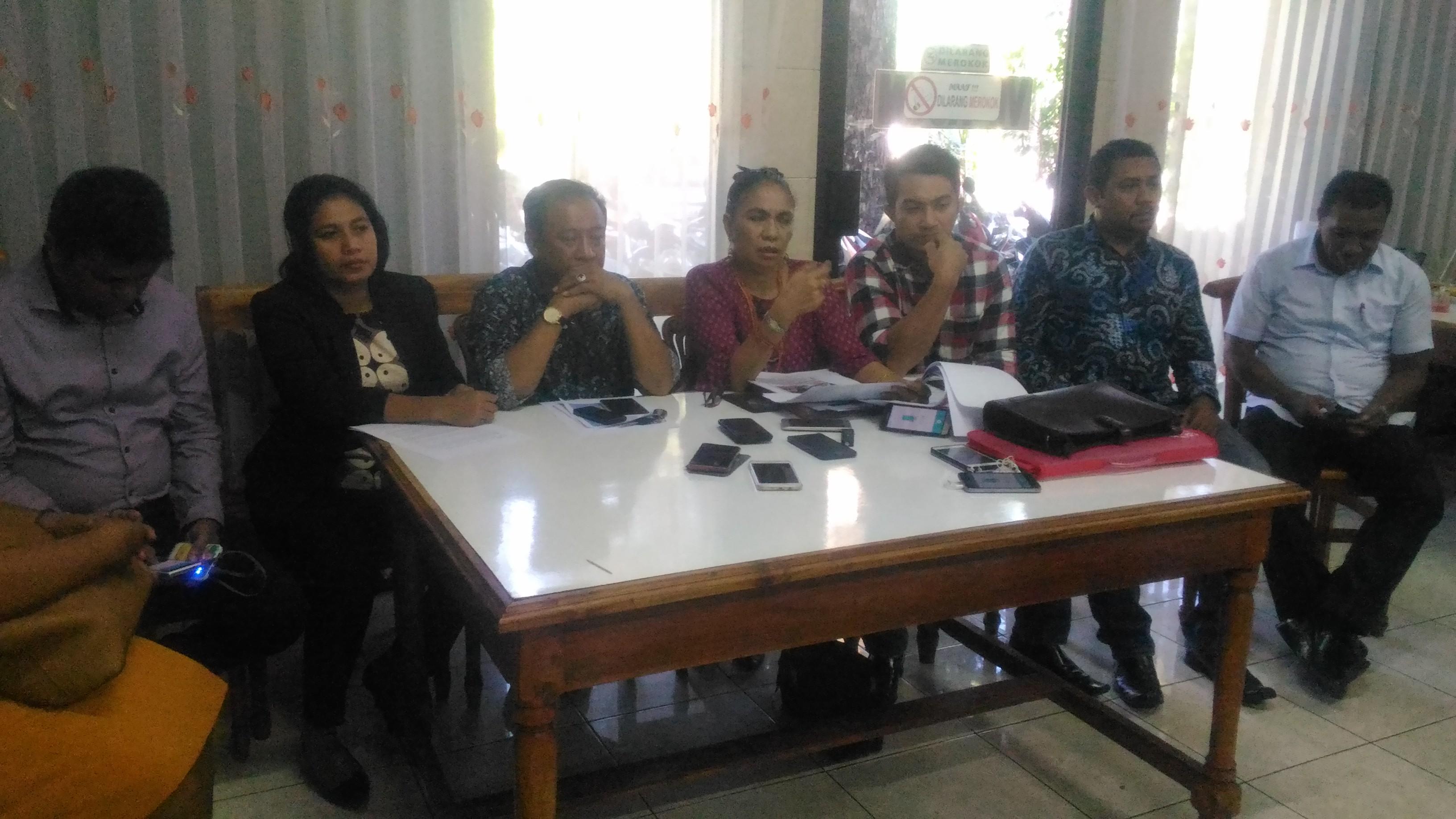 Aleks Frans cabut Gugatan, Kudji Herewila Cs merasa Dilecehkan