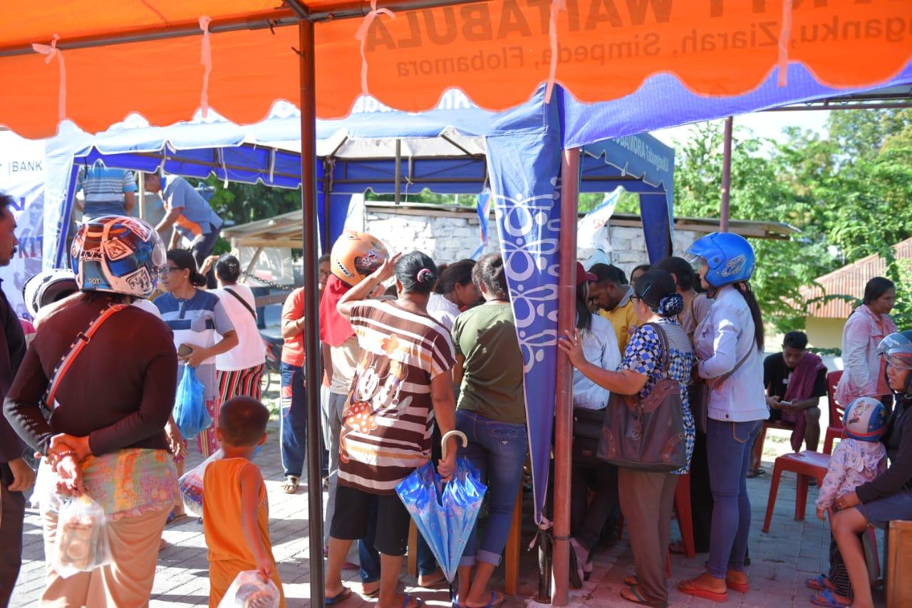 Warga nampak sangat antusias mengunjungi Dapur UMKM yang digelar Bank NTT Cabang Waitabula. (Ist)
