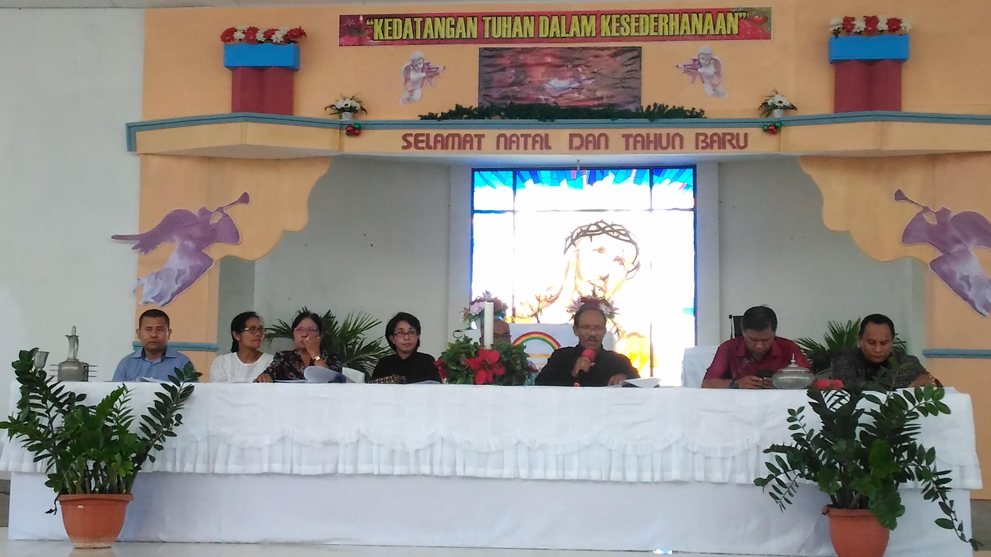 Pendeta Johny Riwu Tadu bersama jajaran panitia Natal Oekumene saat memberikan keterangam pers. (Ist)