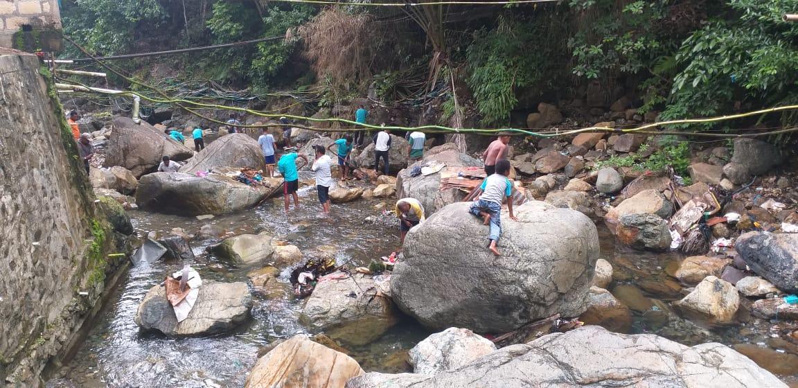 Kegiatan kerja bhakti sampai pada membersihkan sungai. (Ist)