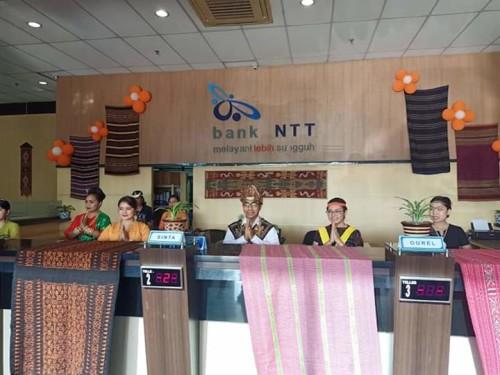 HUT ke 57, Petinggi Bank NTT jadi Teller dan CS