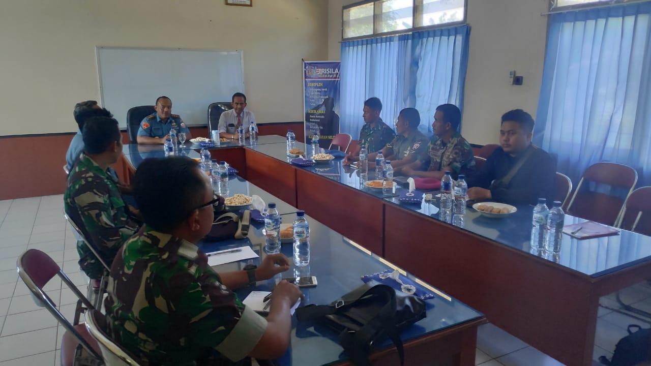 Suasana pembekalan jurnalistik di Mako Lanal Maumere. (Ist)