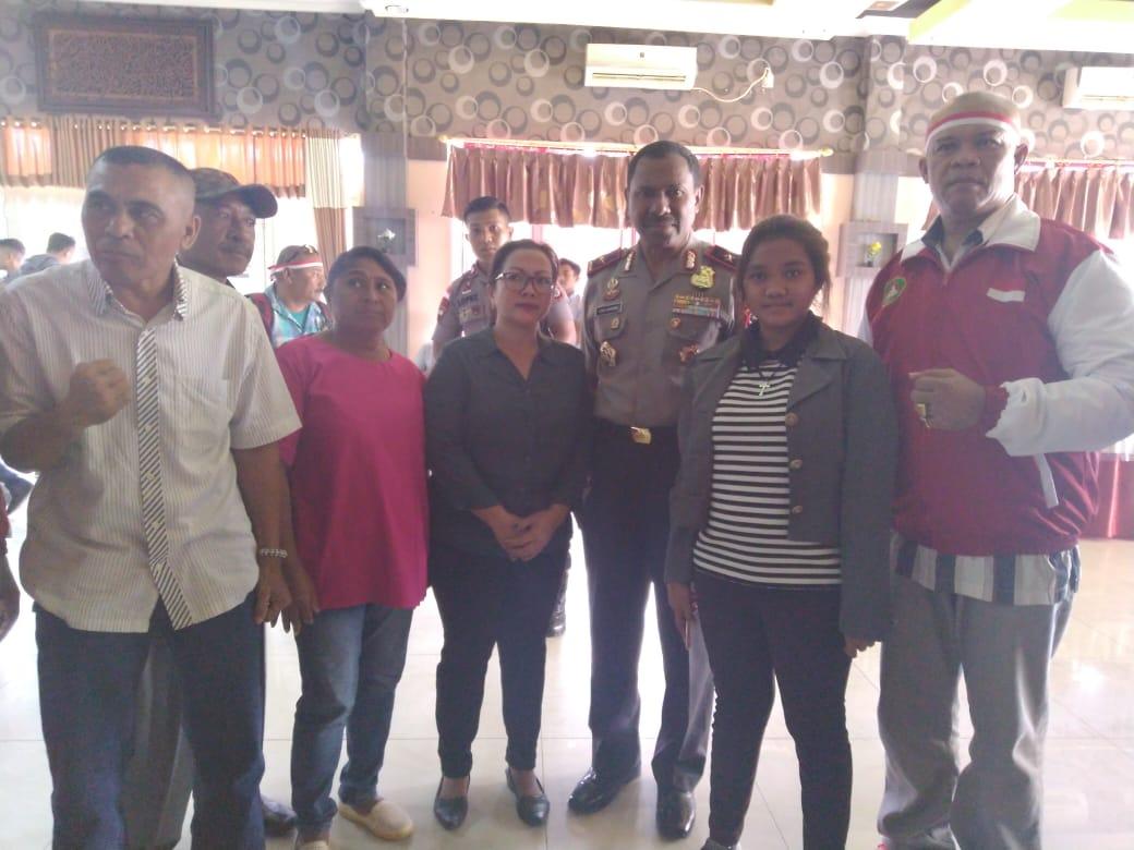 Istri beserta keluarga almarhum Dikson Thon bersama Ketua Pertina Indonesia dan Ketua Pertina NTT. (Ist)