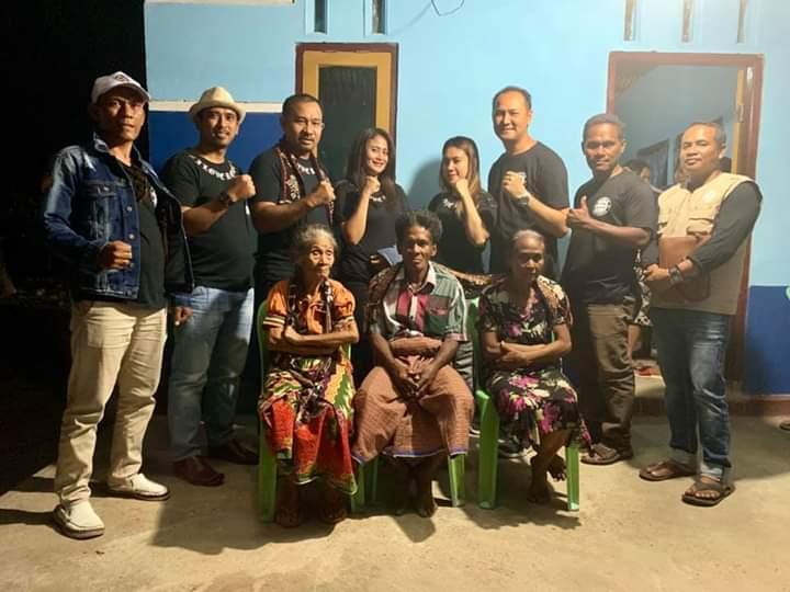 Pengurus PRB dan Antra RI pose bersama Kornelis Feoh dan keluarga usai ibdah syukur dan penyerahan kunci. (Ist)
