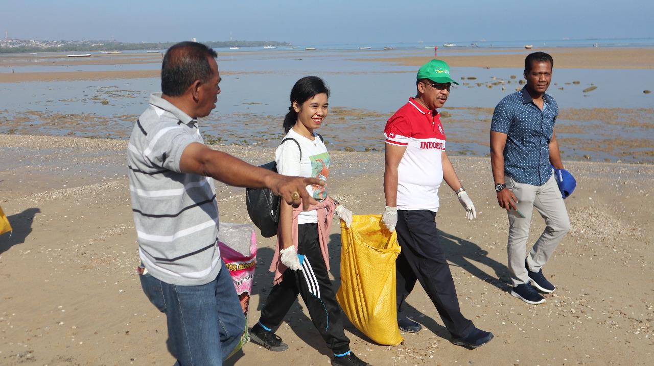 Wali Kota Kupang didampingi Kadis Kebersihan saat ikut ambil bagian dalam pembersihan pantai Oesapa, belum lama ini. (Ist)