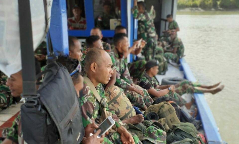 Para personel Kodim 1707/Merauke saat menuju kampung Kogir. (Ist)