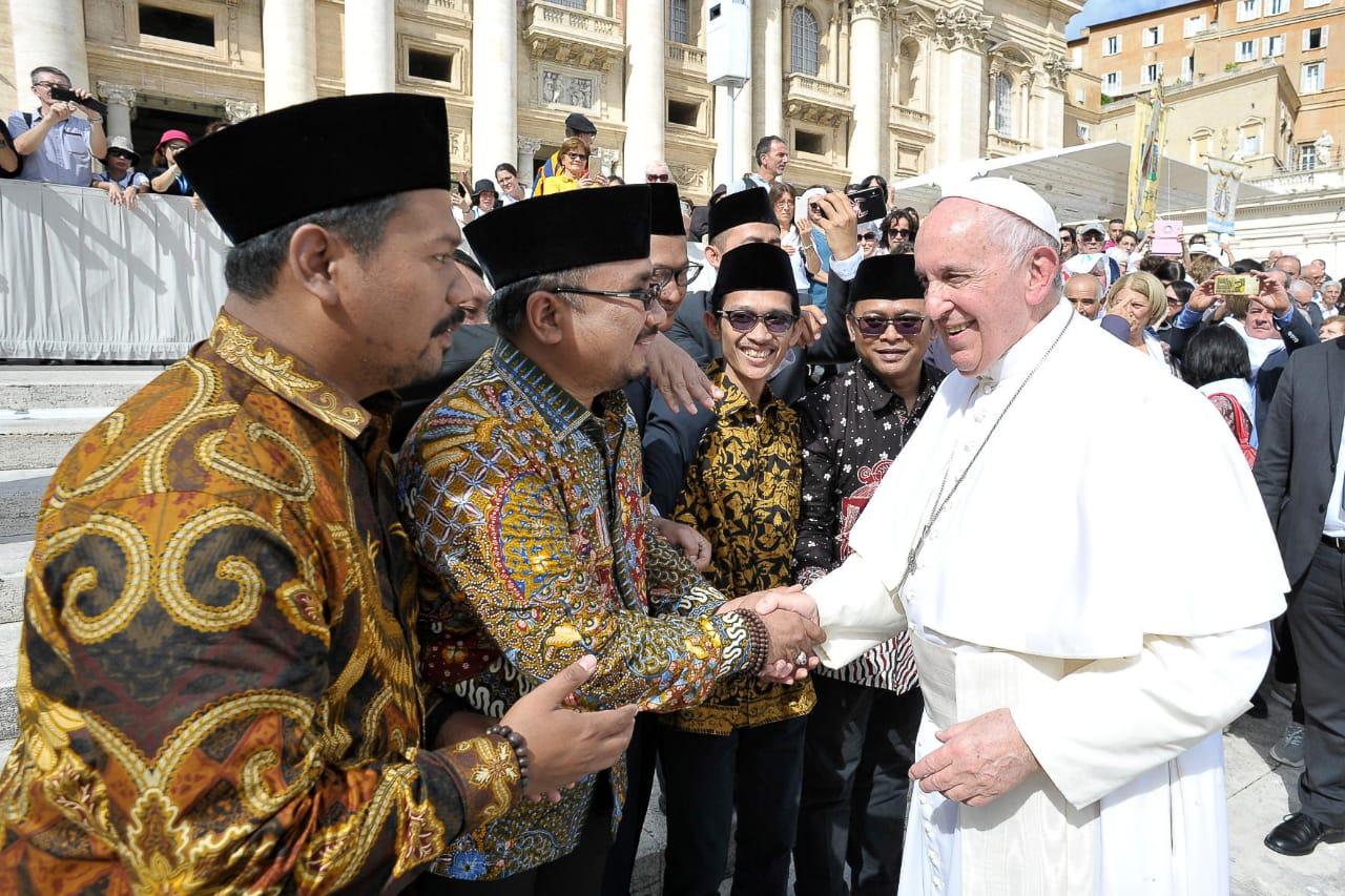 Ketua Umum PP GP Ansor Yaqut Cholil Qoumas dan jajaran pimpinan bersalaman dengan Paus Fransiskus usai menyampaikan dokumen GP Ansor Declaration on Humanitarian Islam, di Vatikan. (Ist)