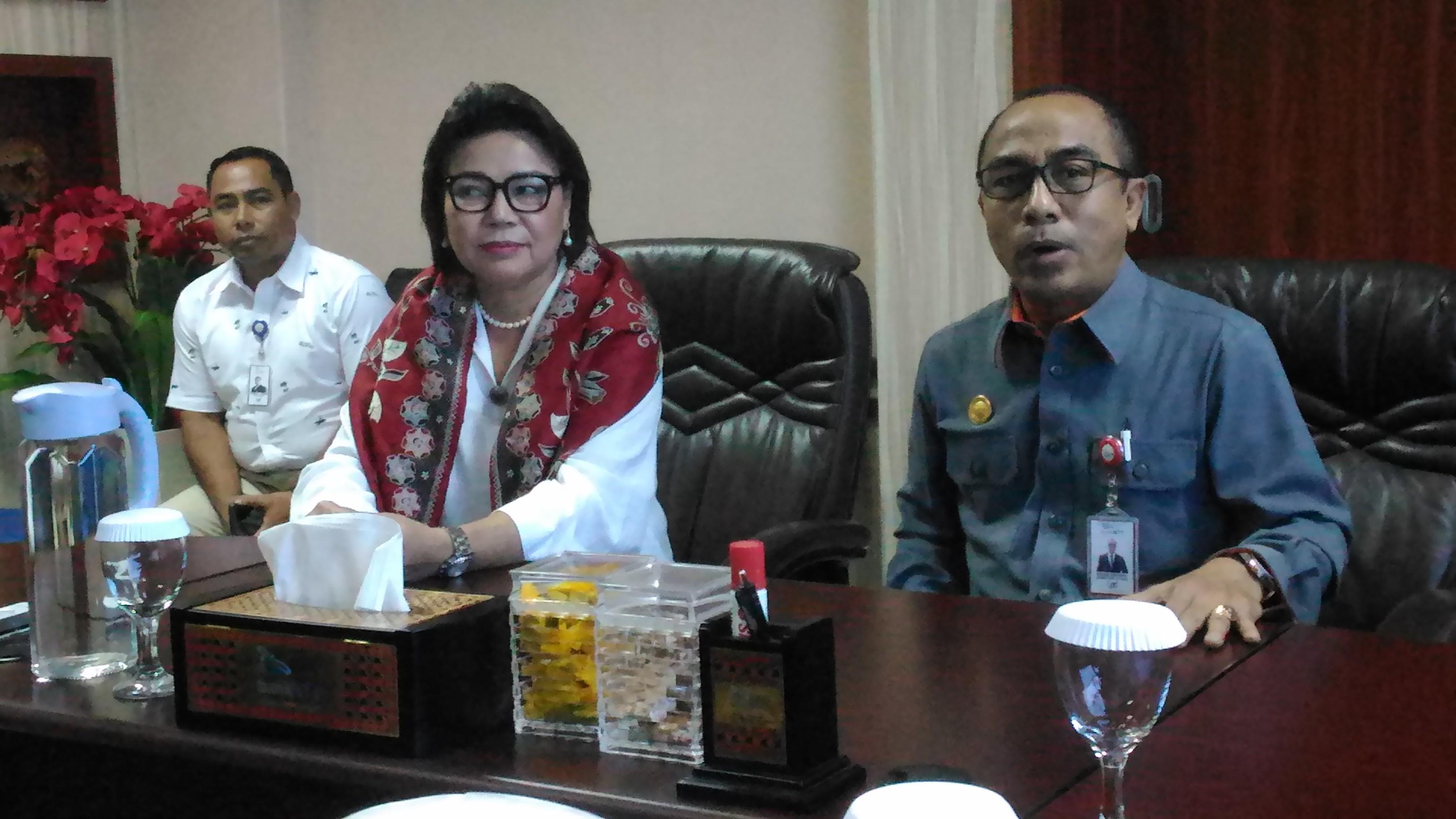 Komisioner KPK Basaria Panjaitan didampingi Dirut Bank NTT, Izhak Eduard Rihi. (Ist)