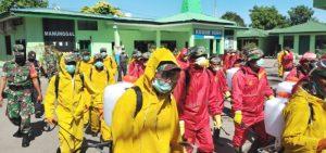 Etnis Tionghoa Kupang dan TNI Kolaborasi Lawan Covid-19, Semprot Disinfektan di Rumah Warga
