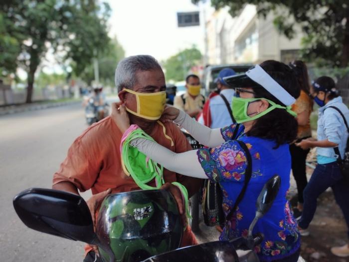 Aksi Sosial Kaum Perempuan ETIKA Maknai Hari Kartini, Bagi Masker Gratis untuk Pengendara