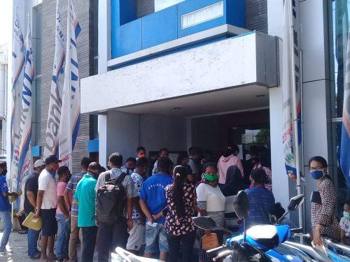 Bank NTT Cabang Utama Kupang Abaikan Imbauan 'Physical Distancing'