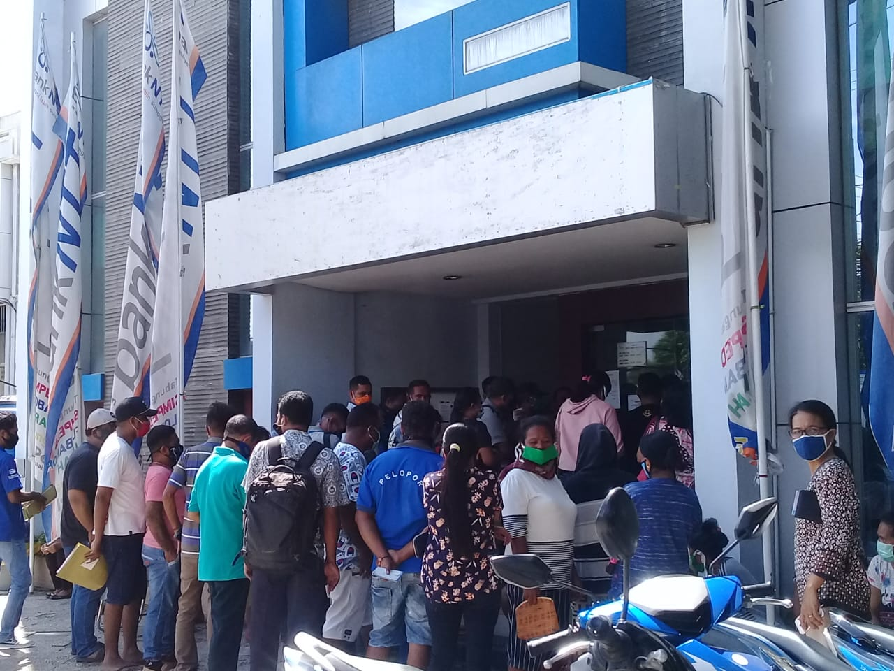 Bank NTT Cabang Utama Kupang Abaikan Imbauan 'Physical Distancing'