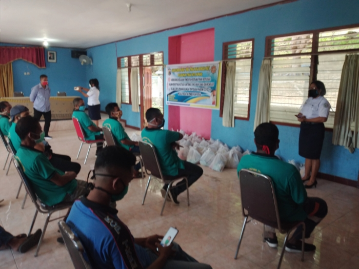 Polda NTT Salurkan Bantuan Sembako untuk Buruh Pelabuhan Tenau
