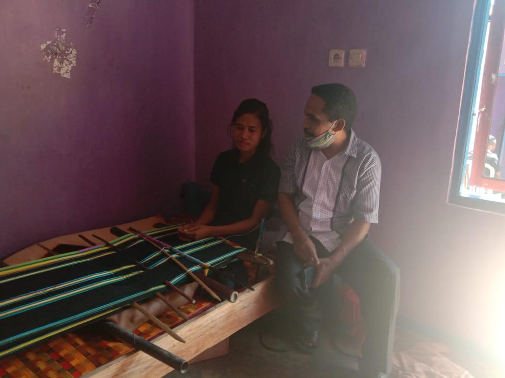 Kisah Antonia Tamonob, Biayai Kuliahnya di IAKN Kupang dari Hasil Menenun