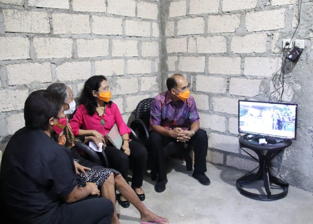 Wali Kota Kupang Antar Warga Penerima Program Bedah Rumah, Disambut Tangis Haru